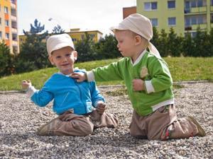 близнецы играют