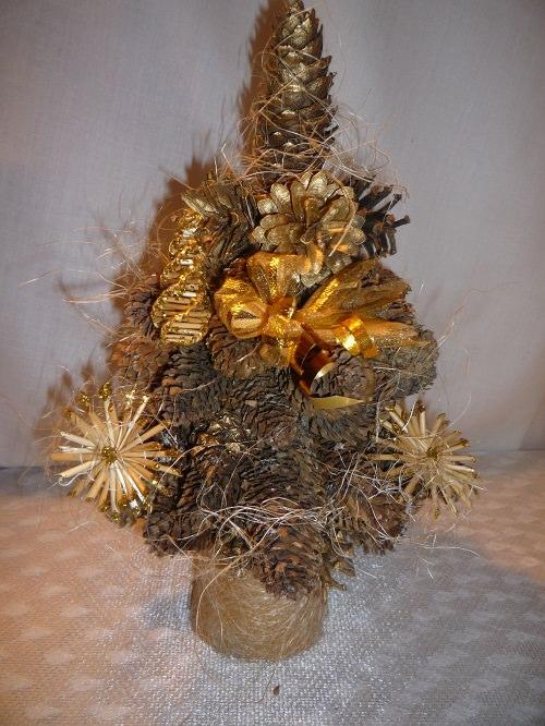 рождественская елка из шишек
