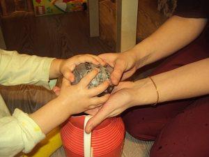 мама с ребенком делает шары из папье-маше