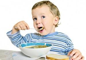 ребенок ест