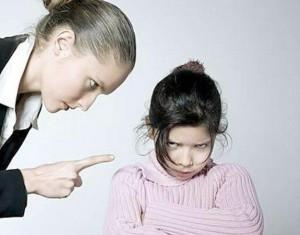 мама поучает и ругает дочку