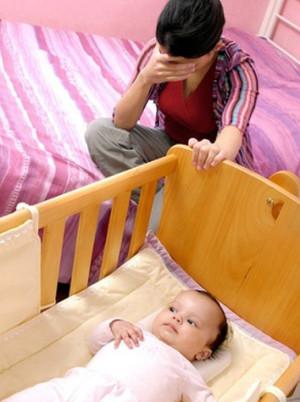 мама укачивает ребенка