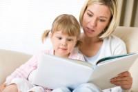 мама и девочка читают вместе книгу