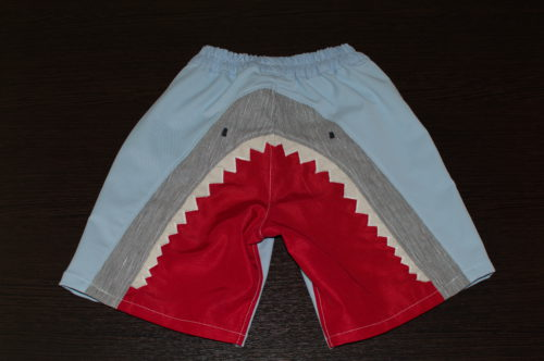 шорты с акулой вид сзади