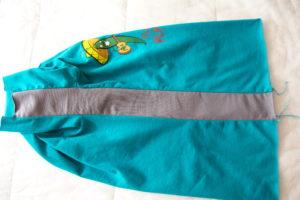 боковая вставка в детской футболке