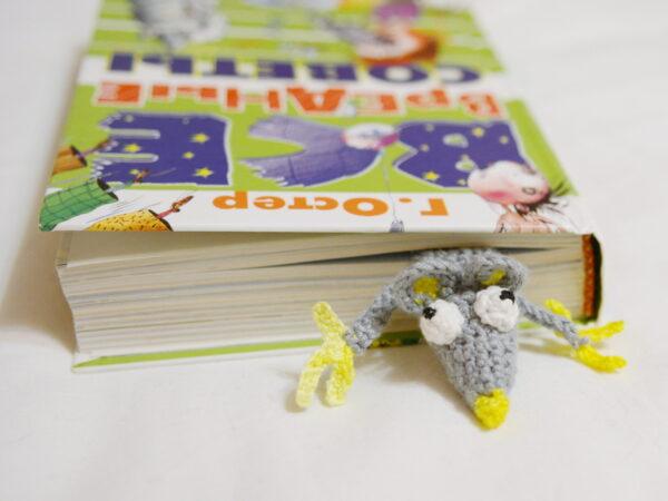 вязаная мышка закладка в книге вид спереди