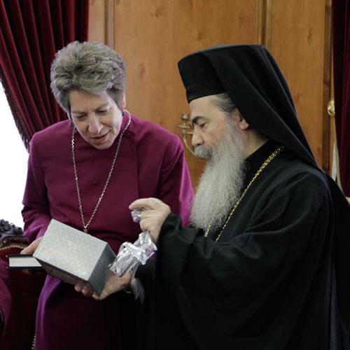 """женское священство: """"епископша"""" Кэтрин Джеффертс Шори с Иерусалимским Патриархом Феофилом. 2013 г."""