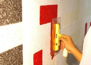 Нанесение жидких обоев на стену шпателем
