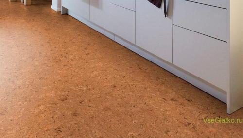 Пробковый пол на кухне - фото