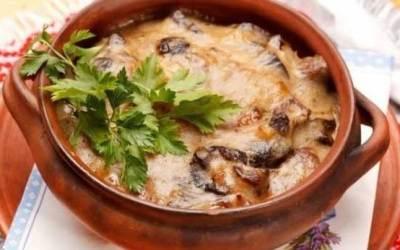 Пържоли в гювеч с топено сирене и зеленчуци
