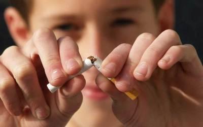 Малко дете пушеше цигара