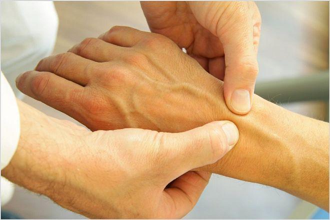 Лечение после гипса. Симптомы перелома руки. Опухоль после перелома руки