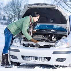 девушка с машиной зимой