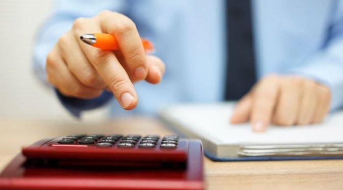 предприниматель с калькулятором
