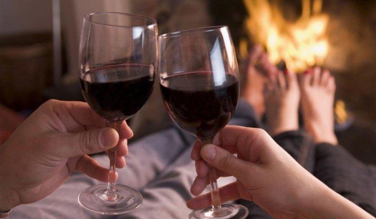 вино в бокалах перед камином