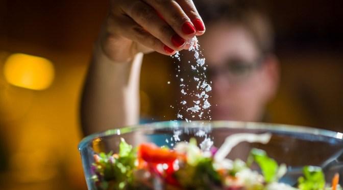 Диетолог: Как избавиться от привычки подсаливать пищу