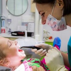 Почему необходимо лечить молочные зубы