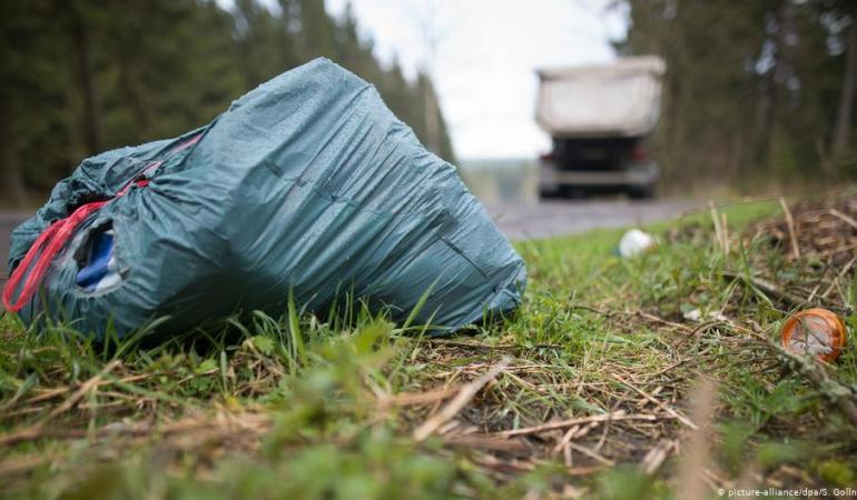 Жителям районов приходится бегать за мусоровозами
