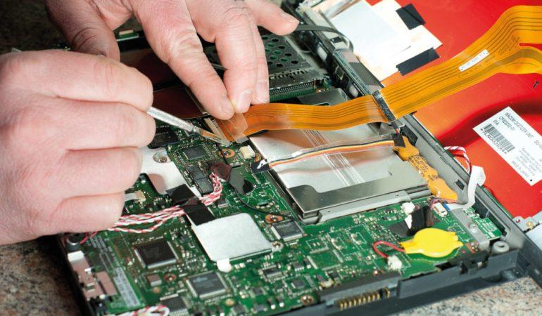 ремонтирует компьютер
