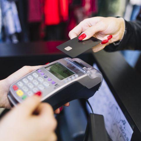Что грозить тому, кто расплачивается банковской картой своего супруга