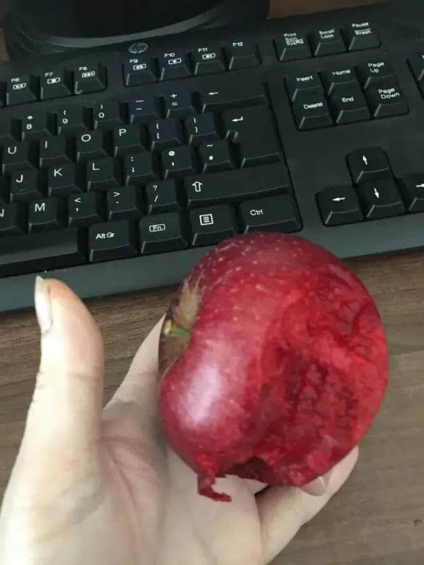 Абсолютно красное яблоко, как снаружи, так и внутри