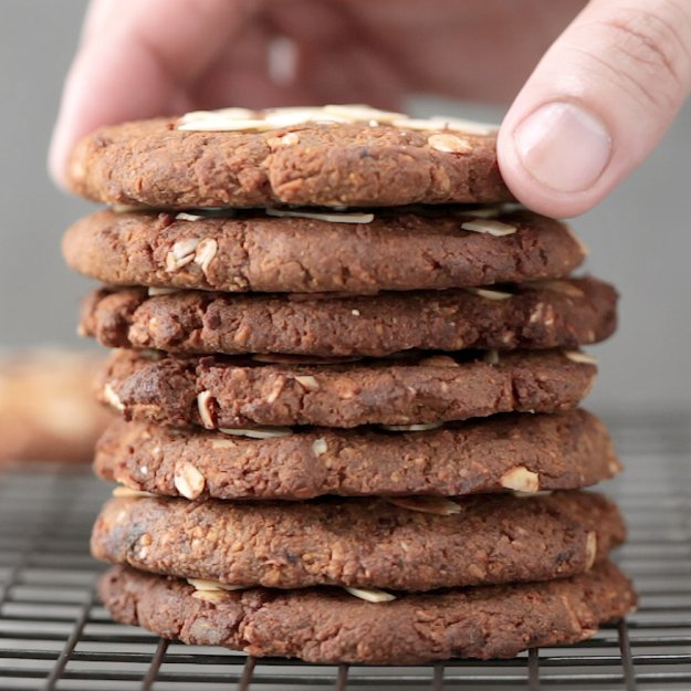 What Makes a Good Post-Workout Snack | 5-Ingredient Gluten-Free Cookies for a Post-Workout Snack | oatmeal chocolate chip protein cookies