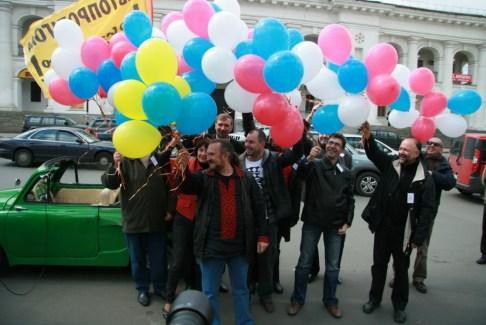 Сашко Лірник символізує українські книжки, решта кульок у руках письменників - російські. Порівняйте самі