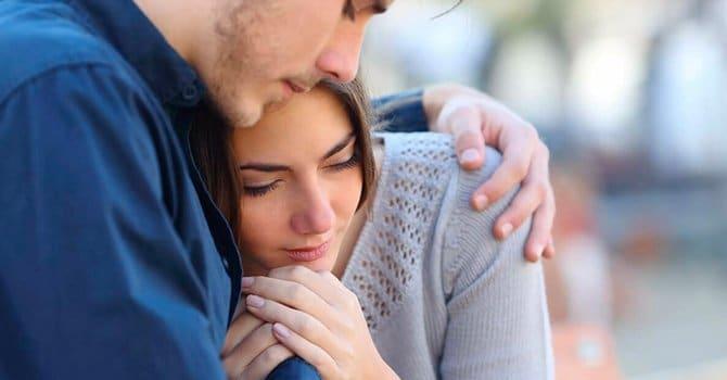 Hug tyttö niin, että hän tunsi puolustuksen