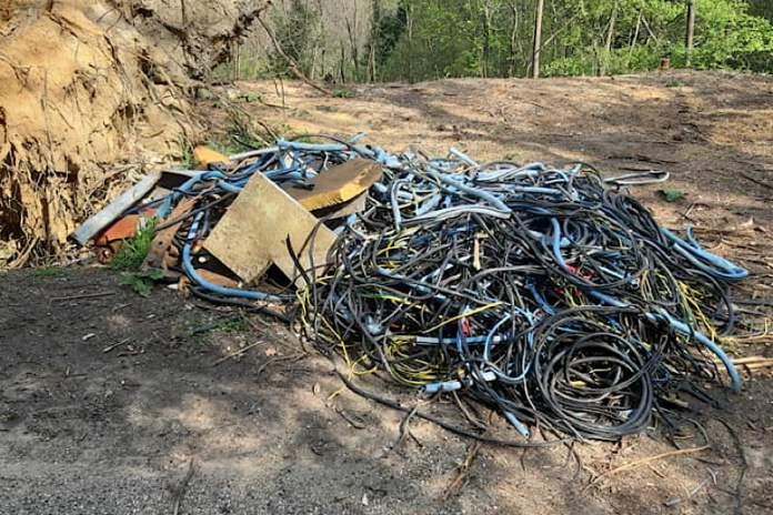 rifiuti bosco di Montecchio