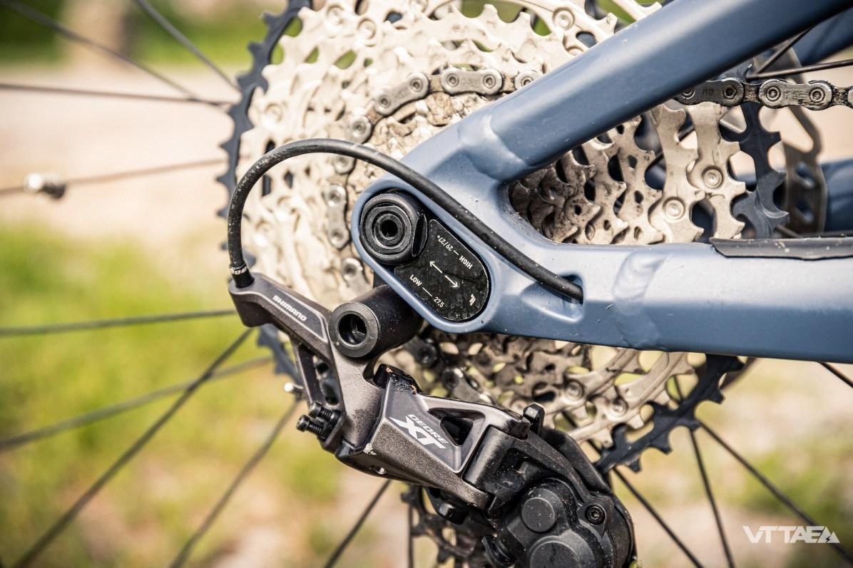 Elles permettent de choisir entre l'usage d'une roue de 27,5 ou 29 pouces à l'arrière. En fonction des marchés visés par la marque, il s'avère que les attentes sont réellement différentes. Ici, Focus a donc choisi de rendre le vélo adaptable, plutôt que de se couper d'une partie de ses pratiquants...