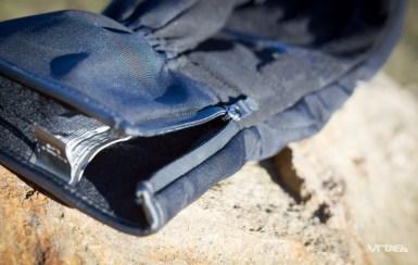 Une manchette zippée permet d'enfiler facilement les gants. Un poil étroite, elle ne permet pas de glisser une montre dessous. Les manches de vestes, type veste de ski, non plus !