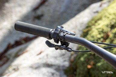 Le fil du display Shimano E7000 chemine sous la poignée puis dans le guidon...