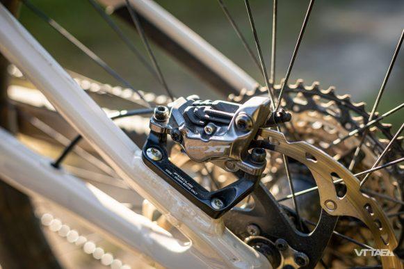 Les puissants freins Shimano XT 4 pistons parachèvent un montage qui vise la robustesse et tout pour encaisser les descentes.