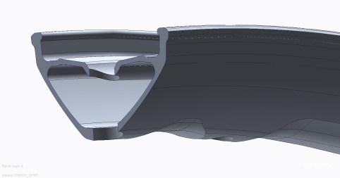 ... et mettre en forme l'extrémité du flanc de la jante : le crochet. Ici, sur les E-Deemax, il est volontairement laissé plus épais pour optimiser la résistance à la crevaison par pincement. La surface de contact étant plus importante, la jante a moins tendance à trancher/couper le pneu à l'impact. C'est la technologie Pinch Flat Protection (PFP).