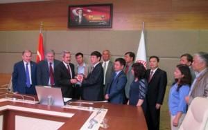 Ông Đỗ Mạnh Hùng tặng quà lưu niệm GS Necdet UNUVAR, Chủ tịch UB về các vấn đề Xã hội- QH Thổ Nhĩ Kỳ
