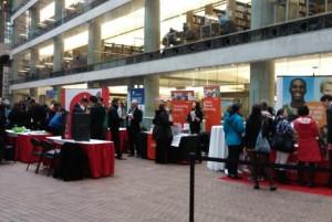 圖:溫哥華市中心圖書館招聘會,訪客在有關攤位詢問情況。(攝影:畢德)