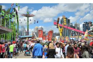 圖:卡爾加里牛仔節的遊樂場中擠滿了參與盛會的人群。(攝影:黃逸敦 / 看中國)