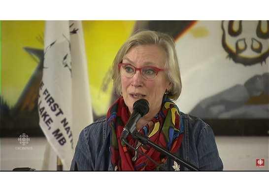 圖:聯邦原住民與北方事務部長貝內特8月16日在下午在曼尼托巴省塔杜勒湖向倖存的薩伊西丹奈族人鄭重道歉。(視頻截圖)