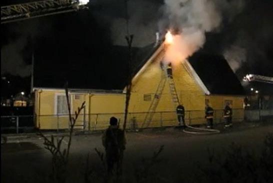 圖:溫東一間列在可能關閉名單中的小學8月19日突然發生四級火警,溫哥華消防局調查發現起火原因可疑,已經轉交市警負責調查。(視頻截圖)