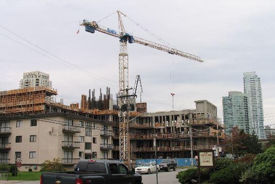 圖:本拿比交通便利處的舊出租公寓被收購改建高層公寓大廈或共管公寓,吸引許多投資者和發展商出價競購。(攝影:王圓/看中國)