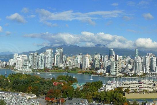 大溫哥華地區的樓市居高不下,卑詩省政府8月2日正式對海外買家徵收15%物業轉讓稅。圖為溫哥華市中心一隅。(sunchild123 / flickr)