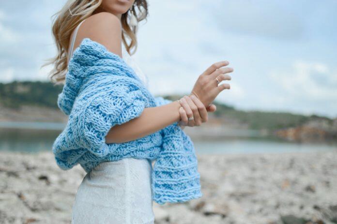 anti-inflammatory foods article lady on beach grabs wrist