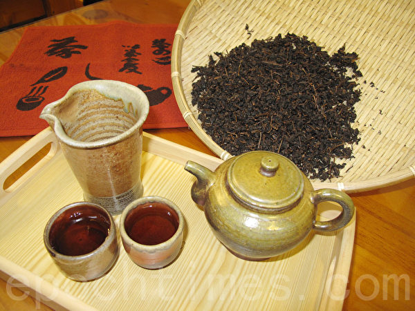 Aged tea leaves can help alleviate coughing.