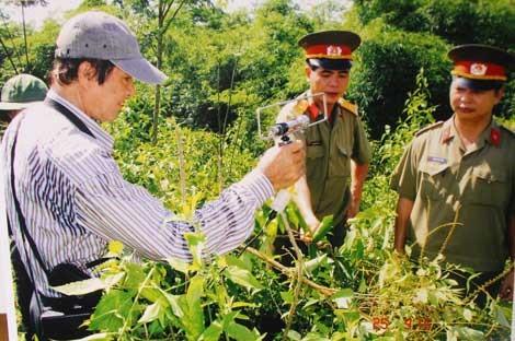 TS Vũ Văn Bằng tiến hành xác định vị trí hài cốt liệt sĩ