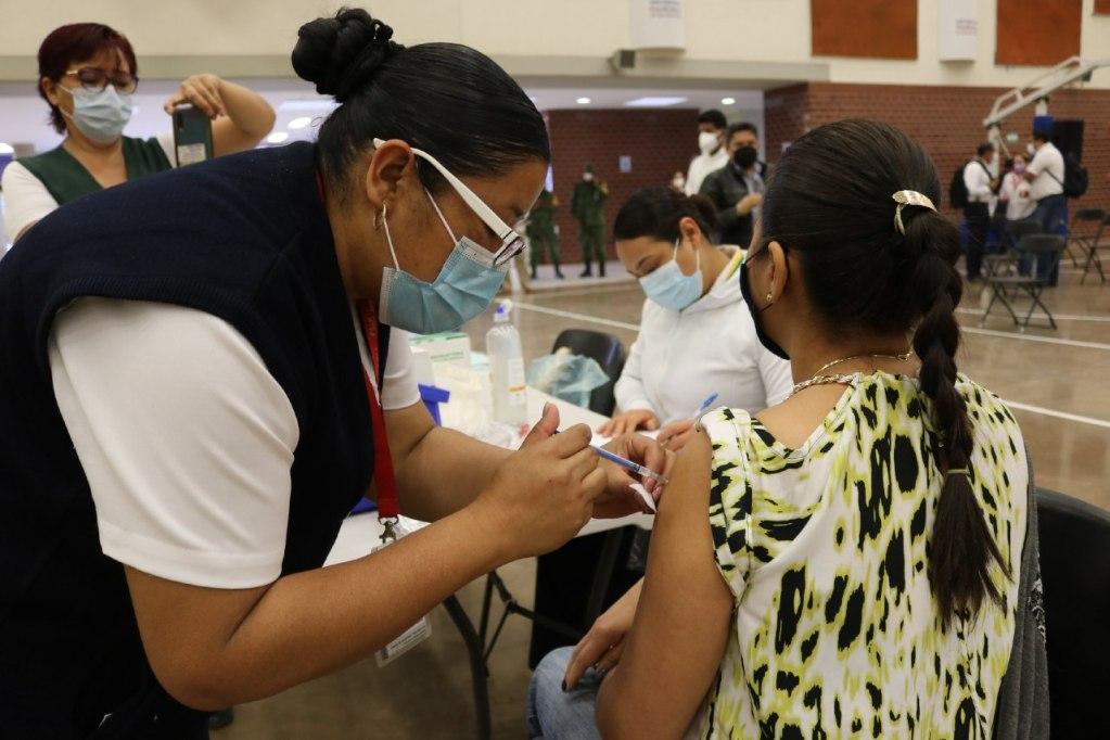 Inicia vacunación para las y los trabajadores de la educación en SLP