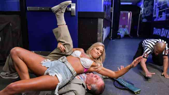 Kelly Kelly pins Gerald Brisco
