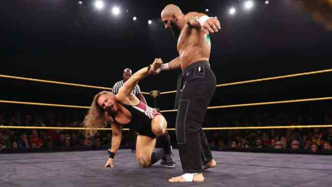Arturo Ruas gets the better of Pete Dunne
