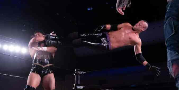 Matt Taven dropckick - RING OF HONOR/Ian Storck 3