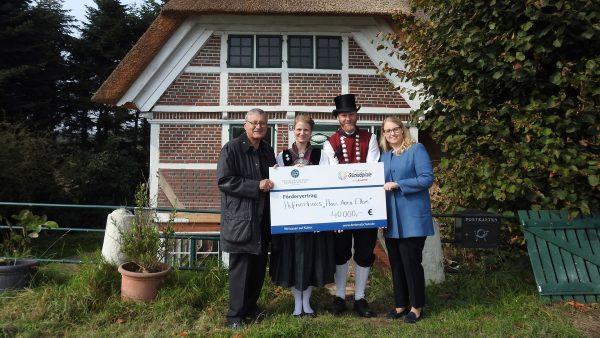 Johann Behringer und Elena Blankenburg überreichen den Scheck an Haus Anna Elbe