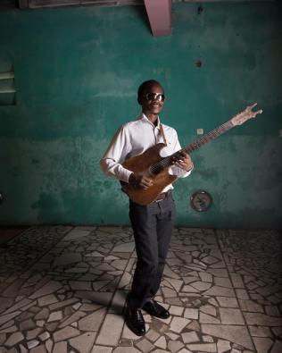 Michel Missy, guitariste de Bakolo Music International